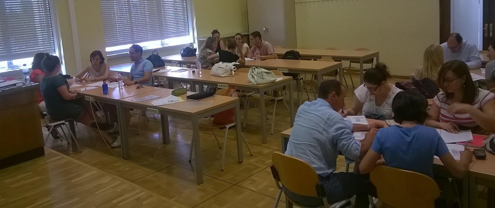 Alumnos de la II Edición del Curso Transferencia y Valorización de proyecctos biomédicos, realizando uno de los casos prácticos en grupo.